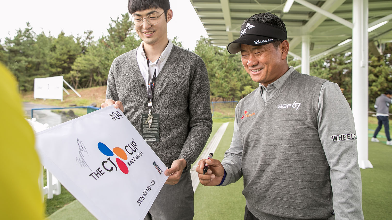 KOREAN PLAYERS -  K.J CHOI Signing On The Board