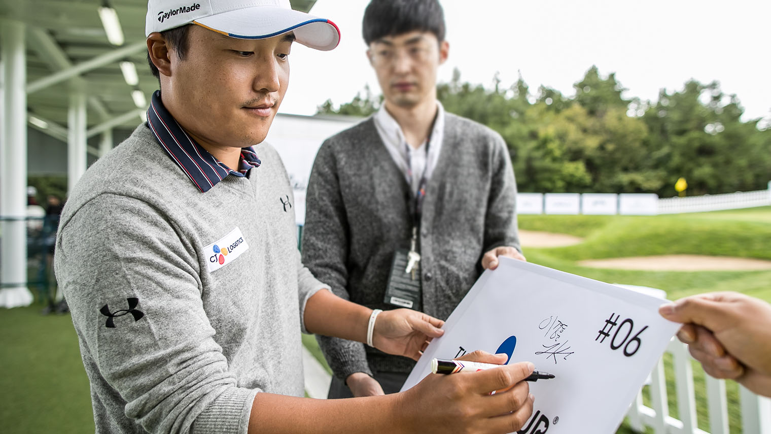 KOREAN PLAYERS -  KYOUNG HOON LEE Signing On The Board