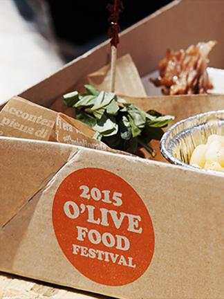 2015 올리브 푸드 페스티벌 로고가 있는 음식 상자입니다.