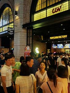 CJ CGV 베트남점에 있는 관객들의 모습
