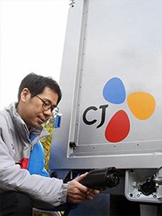 대한통운 기사 아저씨 친환경 전기화물차를 충전하고 있는 모습