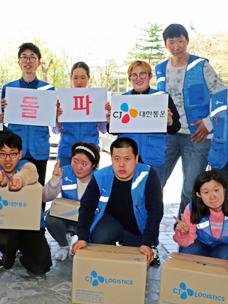 돌파 메시지를 들고 있는 발달장애인택배 배송원들 이미지