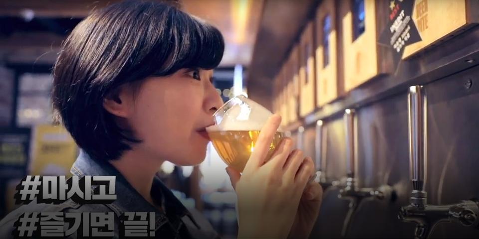 빕스 비어바이트에서 맥주를 마시고 있는 여성 이미지