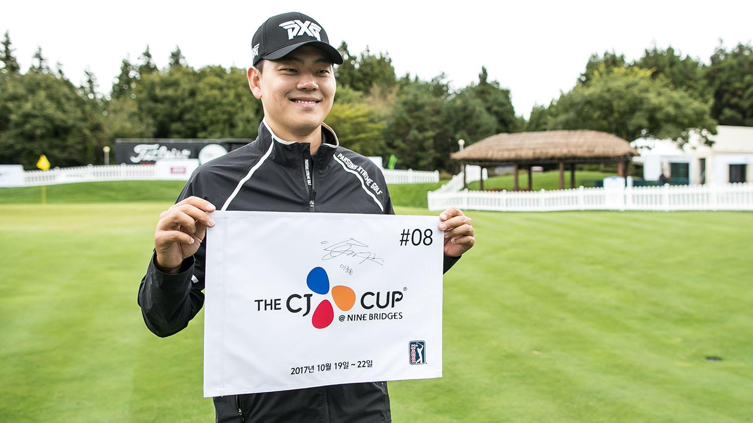 THE CJ CUP @ NINE BRIDGES 사인을 하고 활짝 웃는 이정환 선수