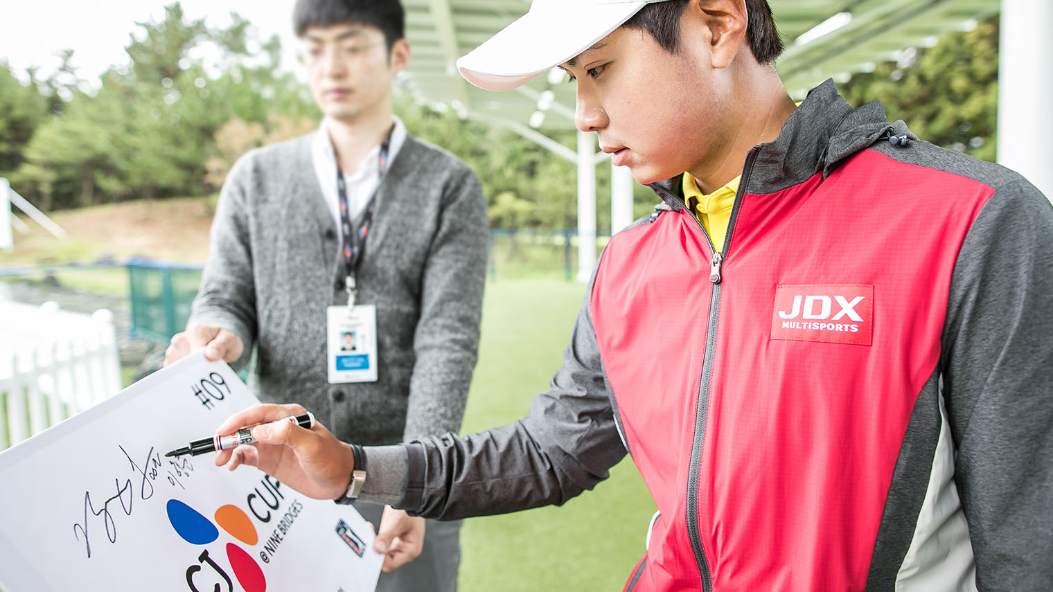 THE CJ CUP @ NINE BRIDGES 에 사인을 하며 출전 결의를 다지는 이형준 선수