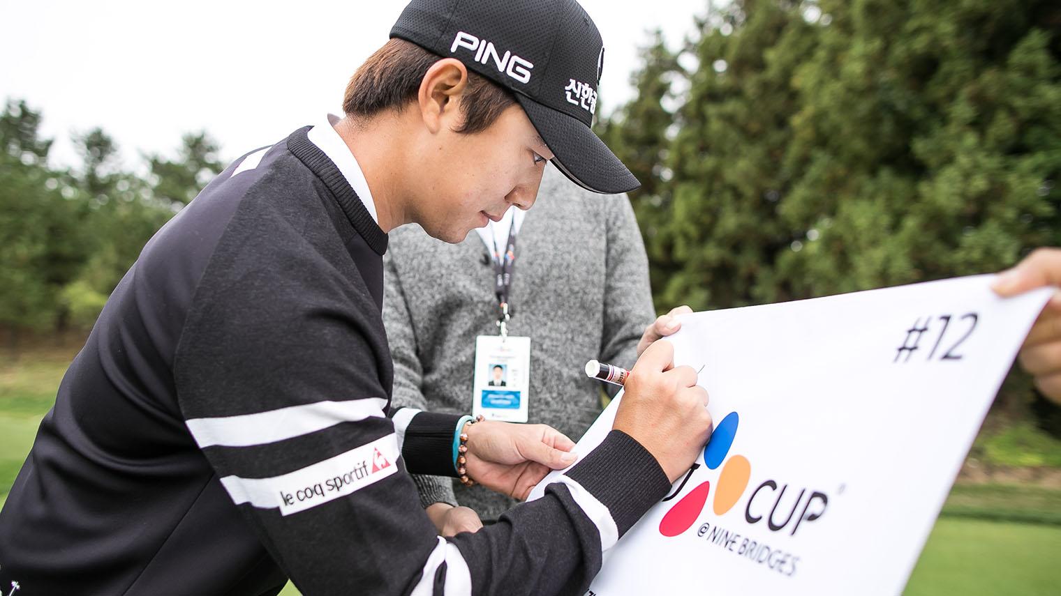 THE CJ CUP @ NINE BRIDGES 에 정성껏 사인을 하는 송영한 선수