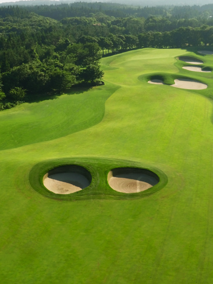 [CLUB NINEBRIDGES] HOLE 6 - A hole with fairway pot bunkers and large, deep bunkers to the right of the green