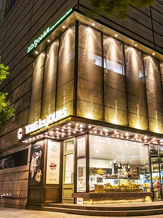 중국 상하이 난징시루에 있는 비비고와 뚜레쥬르 전경입니다.