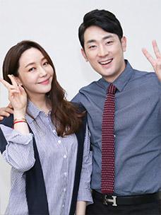CJ오쇼핑 쇼호스트 조윤주 님과 김경진 님이 함께 포즈를 취하고 있는 모습입니다.