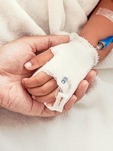 아이의 손을 잡고 있는 어른의 손 모습