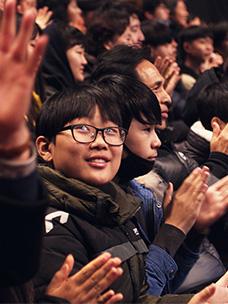 문화체험을 관람하는 어린이가 웃고 있는 모습
