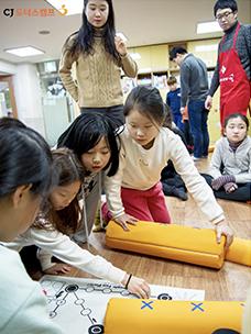 """""""치이익~ 아이들과 행복을 부칩니다"""" - CJ임직원 설 명절봉사 현장 스케치"""
