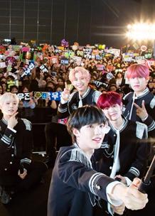 셀카봉을 들고 팬들과 사진을 찍는 K팝 아티스트 AB6IX 멤버들