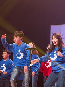 무대 위에서 춤을 추고 있는 남녀학생 이미지