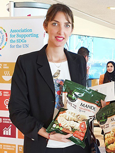 UN지원SDGs협회가 유엔 본부 1층에 글로벌 지속가능기업 모델과 글로벌 주요 리더들의 지속가능 사례를 전시한 가운데, CJ제일제당 부스를 찾은 관계자들이 비비고 만두 제품에 관심을 보이고 있다