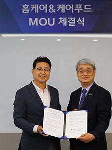15일 문종석 CJ프레시웨이 대표(좌)와 김한수 비지팅엔젤스코리아 대표가 서울 상암동 CJ프레시웨이 사옥에서 업무협약을 체결한 뒤 기념 촬영을 하고 있다