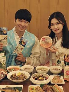 CJ엠디원 레시피마케팅팀 셰프와 모델이 CJ제일제당 가정간편식으로 만든 추석 상차림을 선보이고 있다