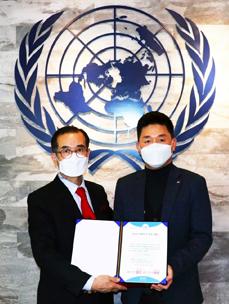 박진규 CJ대한통운 부장(오른쪽)과 안헌식 유엔봉사단 이사장이 함께 기념사진촬영을 하고있다.
