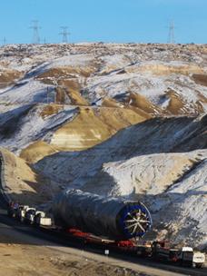 CJ대한통운이 지난 2018년 수행한 초중량 플랜트 기자재 프로젝트 물류. 우즈벡으로 향하는 중량물 운송차량들이 카자흐스탄 망기스타우(Mangystau) 지역의 마나타힐(Manata hill)을 오르고 있다. 경사 8도의 오르막을 오르기 위해 중량물을 실은 모듈 트레일러 앞, 뒤로 500마력 이상 출력을 내는 특수견인차량을 연결하는 '파워 체인' 기술을 적용한다.
