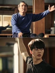 송강, 박인환 주연의 tvN 드라마 ''나빌레라'' 주요 스틸 장면으로  이채록(송강)에게 발레를 배우는 심덕출(박인환)의 모습이 세 컷으로 나눠져 보이고 있다.