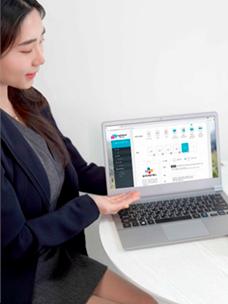 CJ올리브네트웍스 직원이 메시징 서비스 플랫폼 ''엠플레이스(mplace)''의 RCS서비스 페이지를 보여주고 있는 모습이다.