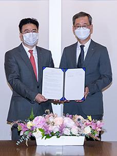 최은석 CJ제일제당 대표이사(오른쪽)와 정중규 HDC현대EP 대표이사(왼쪽)