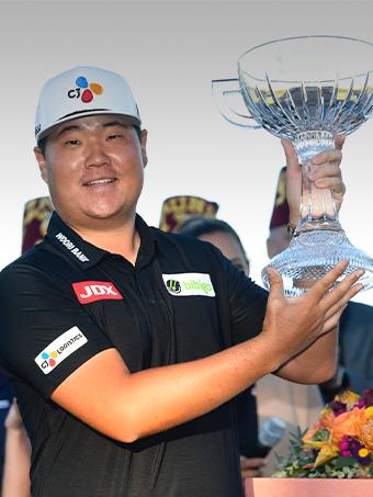 임성재선수가 미국프로골프(PGA)투어 슈라이너스 칠드런스 오픈에서 우승컵을 들어올리고 있다
