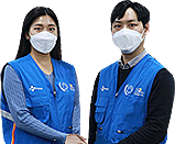 CJ대한통운은 폐플라스틱 업사이클링을 통해 제작한 친환경 'ECO+ 유니폼' 2,000벌을 현장 직원 대상으로 배포한다고 밝혔다. CJ대한통운 직원이 ECO+ 유니폼을 입고 기념 촬영하고 있다.